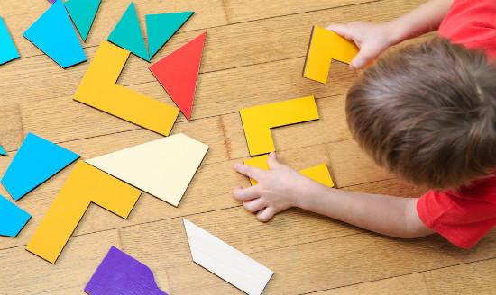 パズルを楽しむ子供
