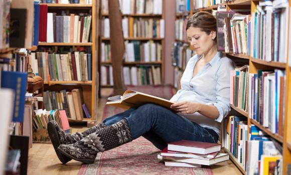 読書をする妊婦さん
