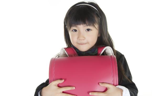 入学前写真をとる子供