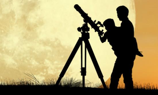 望遠鏡をのぞきこむ親子