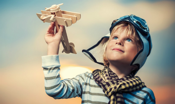 飛ぶおもちゃで遊ぶ子供