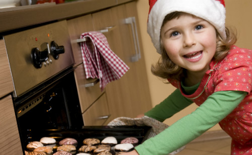 クリスマスクッキングをする子供