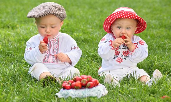 美味しそうにいちごを食べる子供