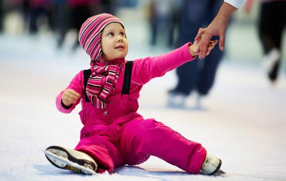 スケートを楽しむ子供