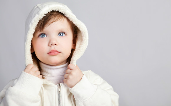 ひもなし子供服を着る子供