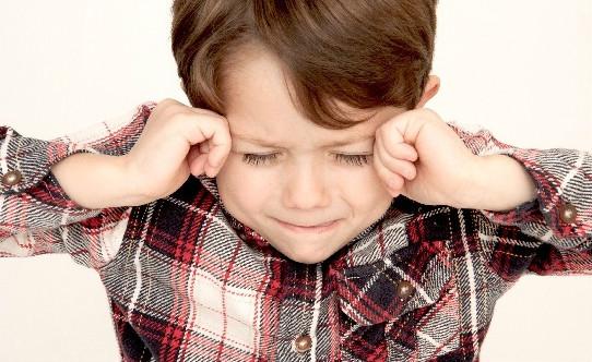 2つの言語を同時に操ることで頭が混乱している子供の画像