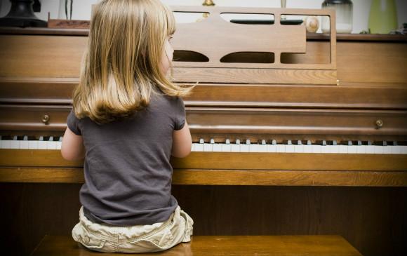 ピアノを弾いている子供