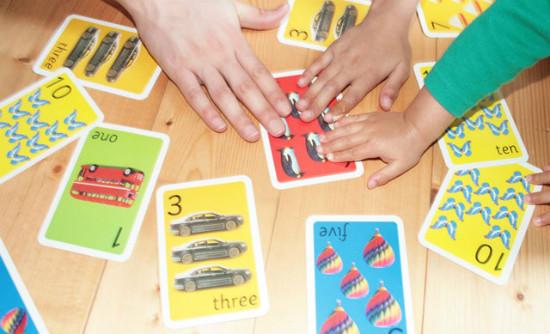 家庭で家族みんなで英語の教材で遊ぶ姿の画像