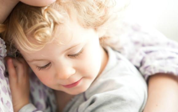 子供がうつ病にならないように愛情を注いであげるママ