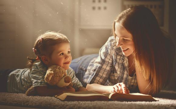英語の勉強を子供と一緒にしているママ