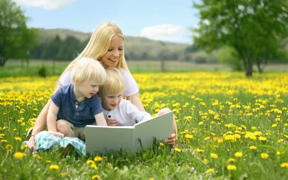 ママと子どもたちが楽しそうに絵本を読んでいる画像
