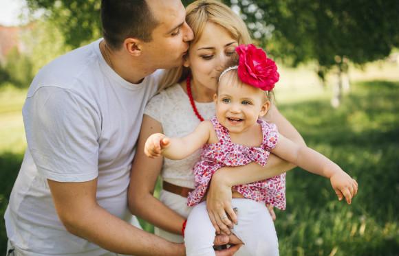子供の1歳の誕生日に家族写真を摂ろうとしている親子