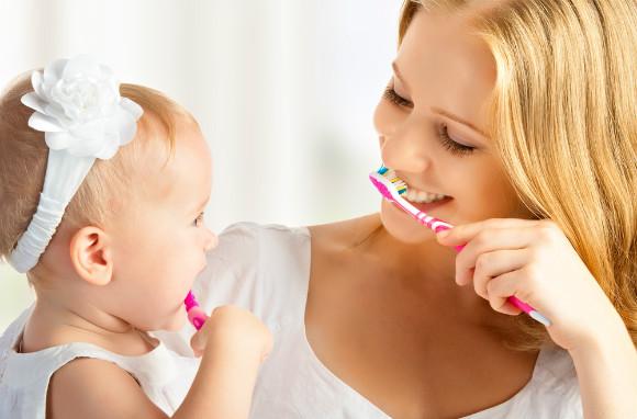 親子で楽しく歯磨きトレーニングに取り組んでいる姿