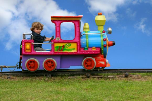 電車があるテーマパークで楽しんでいる子供