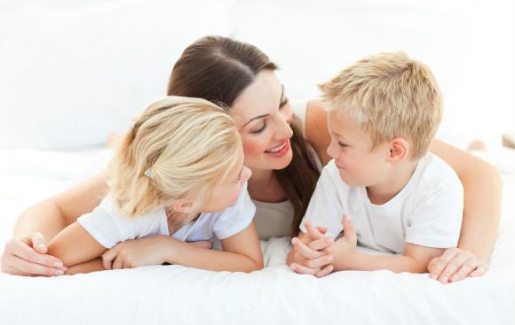 子供と目線を合わせ叱るママ