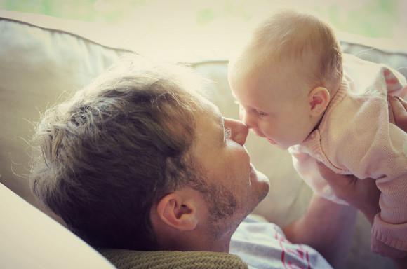 赤ちゃん育児をするパパ