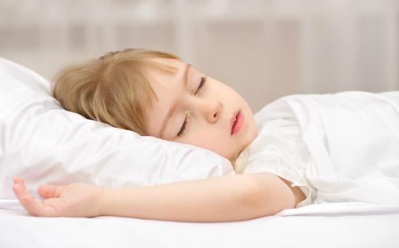 暑い夜に快適に寝ている子供