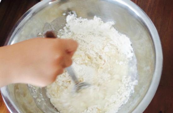 水を入れて小麦粉を混ぜる 0722-3