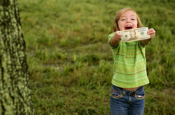 お金の大切さをしり上手に使おうとしている子供