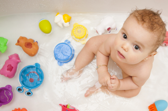 お風呂でおもちゃ遊びをしている子供