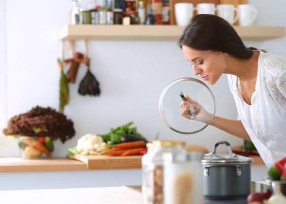 体を温める食事を作っている女性