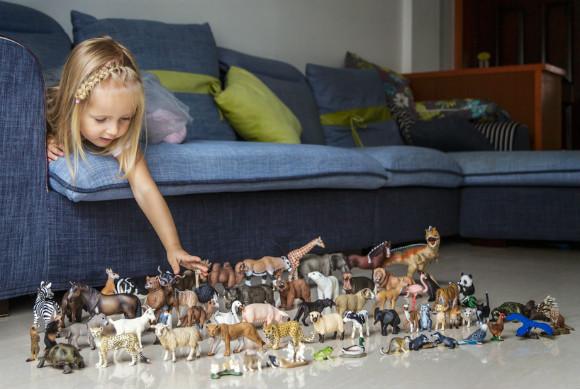 恐竜で遊ぶ子供