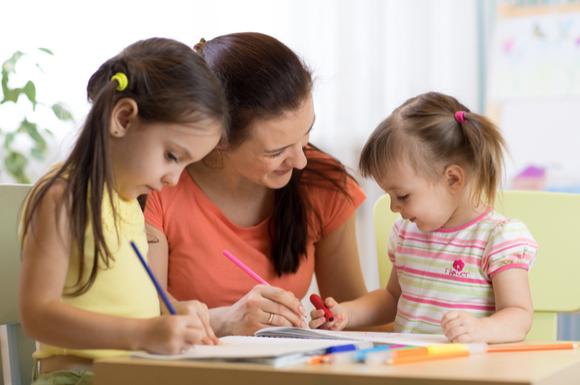 塗り絵をしている子供