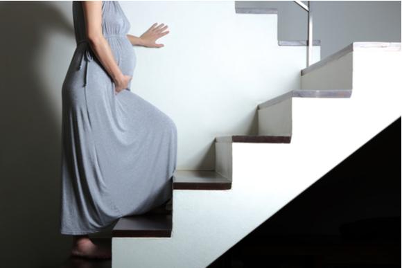 妊婦さんが階段を上っている様子