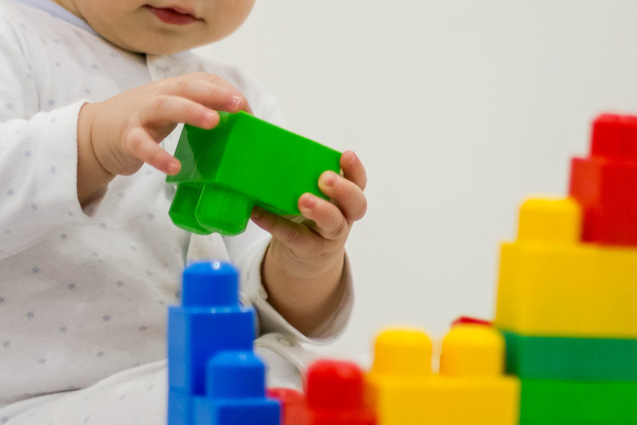 子供がブロック遊びをしている様子