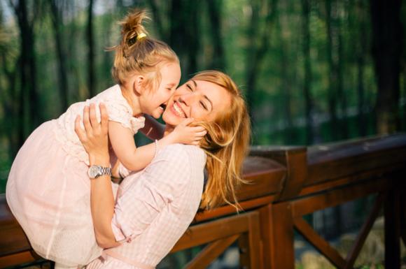 子供の甘えをしっかりと受け止めて抱きしめているママ