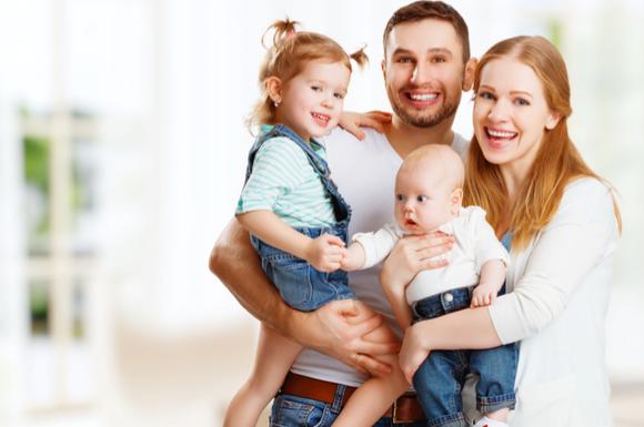 年子の育児をしている家族