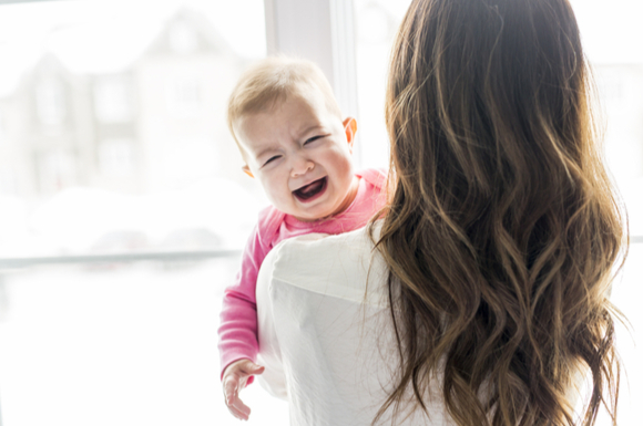 赤ちゃんが人見知りをしている様子