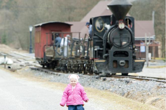 観光列車に乗ろうとしている子供