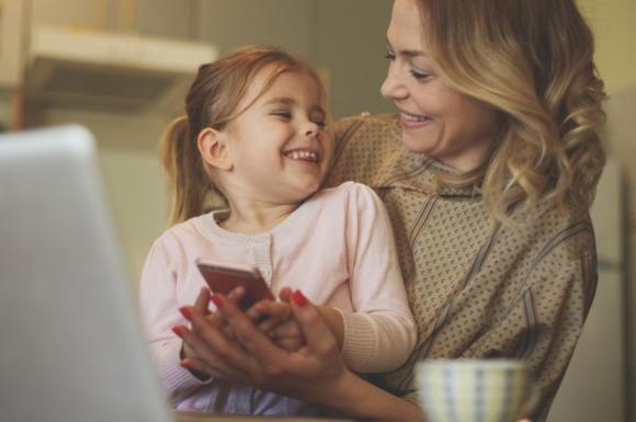 親子でゲームアプリで楽しく遊んでいる様子