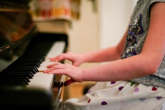 女の子がピアノの習い事をしている様子