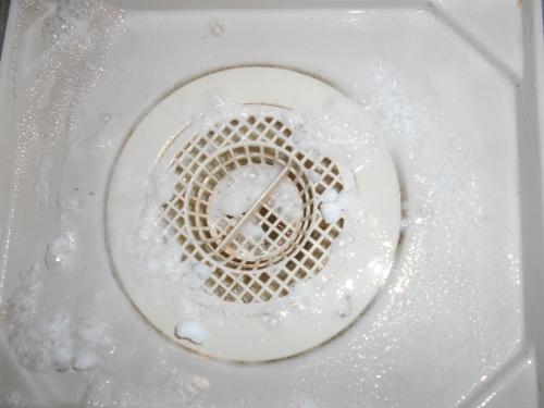 お風呂のカビ取りをナチュラルクリーニングしている様子