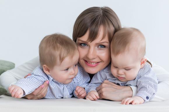 ママと双子でお出かけをしている様子