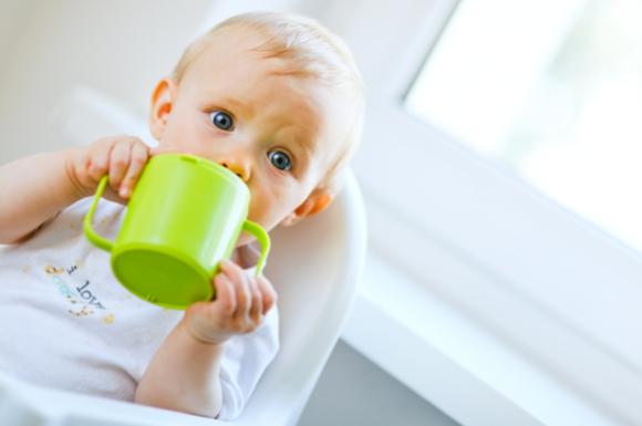 コップ飲みをしている赤ちゃん