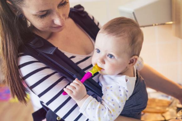 エルゴの抱っこ紐を使っている赤ちゃん