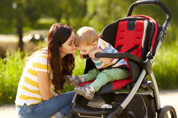 ベビーカーに乗るのを嫌がっている赤ちゃん