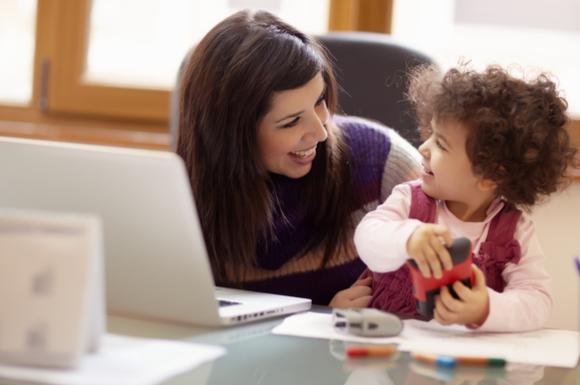 子供にたっぷりの愛情を注ぎながら育児家事をこなしているワーママ
