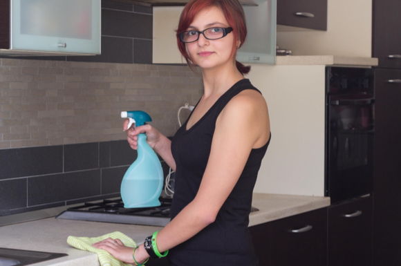 キッチン掃除をしているママの様子