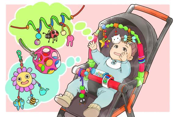 ベビーカーにつけるおもちゃで遊んでいる赤ちゃん