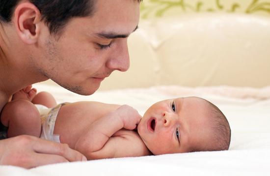 パパと赤ちゃんと2人だけの留守番風景