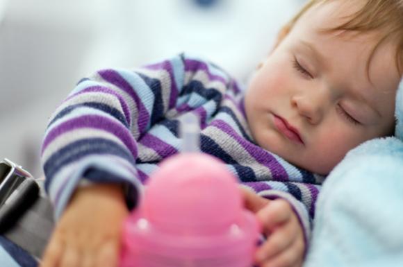 ストローマグを使っている赤ちゃん