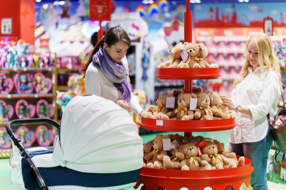 トイザらスベビーザラスらスでお買い物しているママと子供