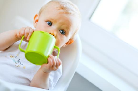 ストローマグ飲みを練習している赤ちゃん