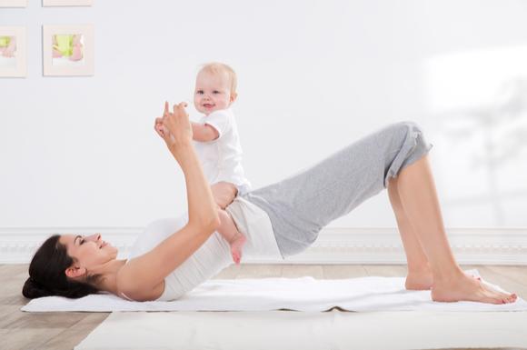 産後エクササイズを赤ちゃんと一緒にやっている様子