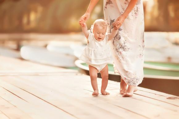 足踏み反射をしている赤ちゃん
