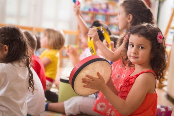 リトミック教室で楽しそうに学んでいる子供